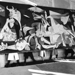 Exposición 'Picasso el viaje del Guernica' en el Paseo del Salón de Granada