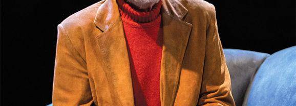 Señora de rojo sobre fondo gris en Gran Teatre Antoni Ferrandis de Paterna en Valencia