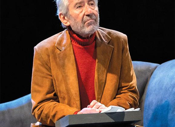 Señora de rojo sobre fondo gris en Teatro Juan Bravo en Segovia