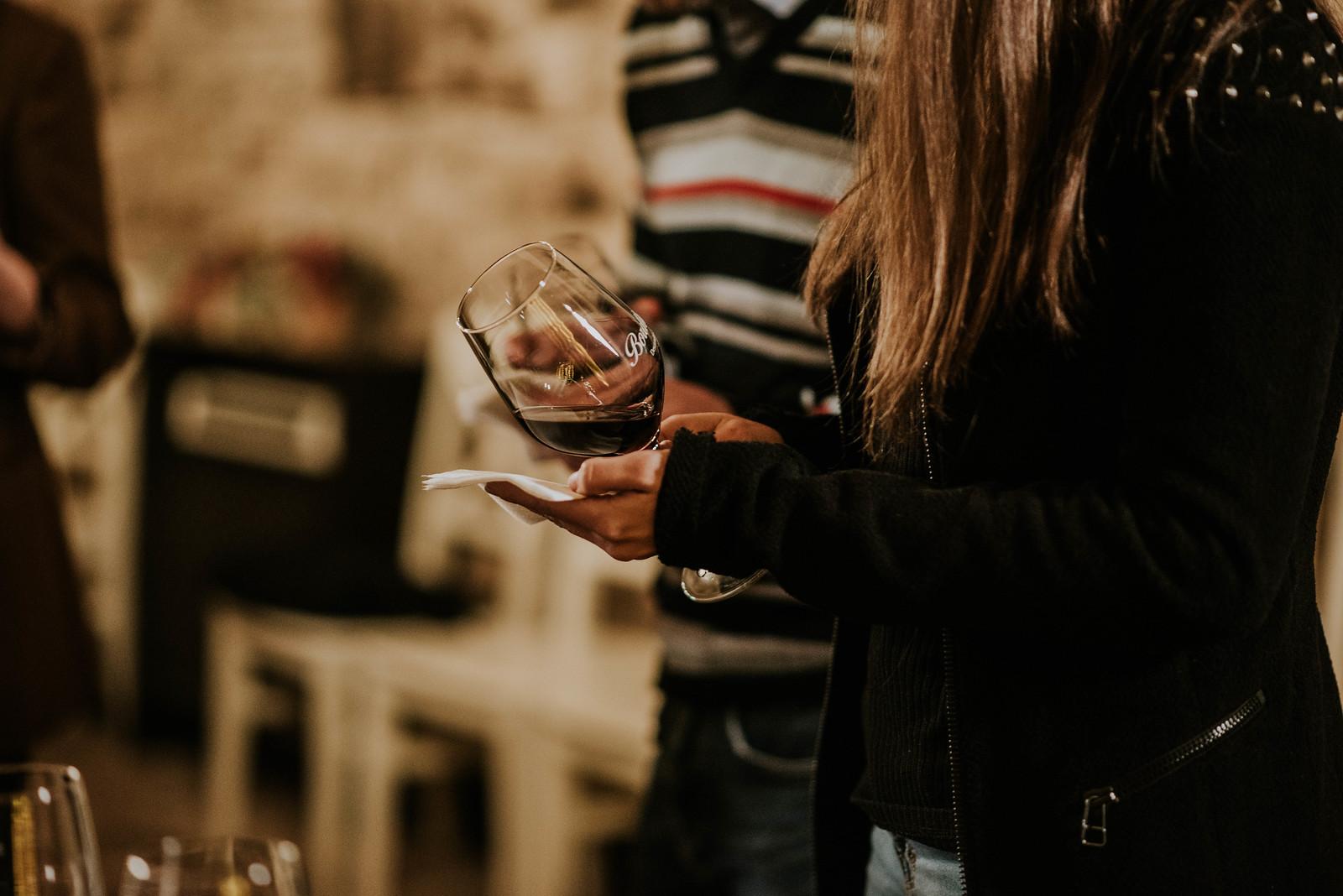 Copa de vino en actividad de enoturismo