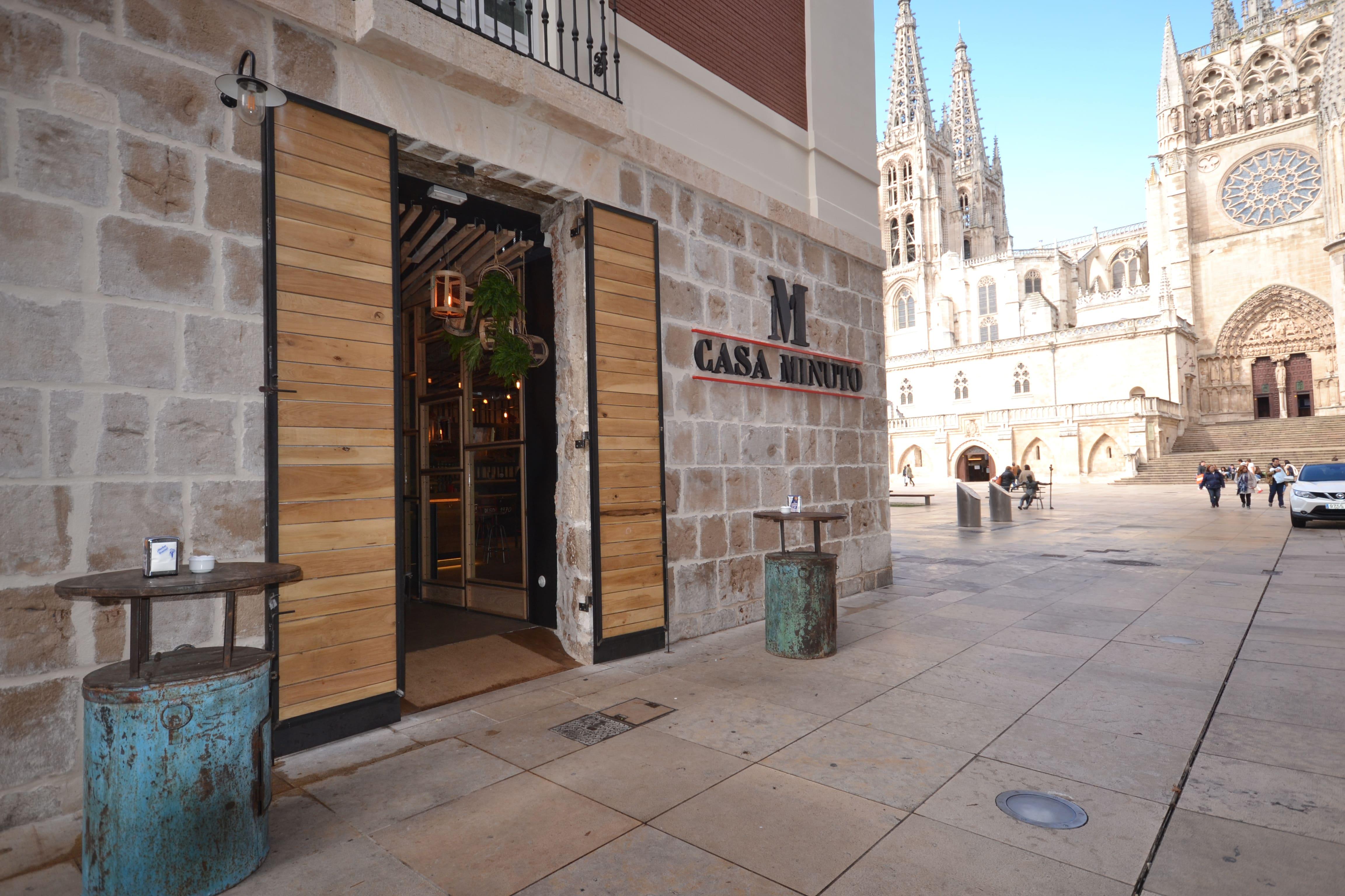 Foto fachada Casa Minuto. y Catedral de Burgos
