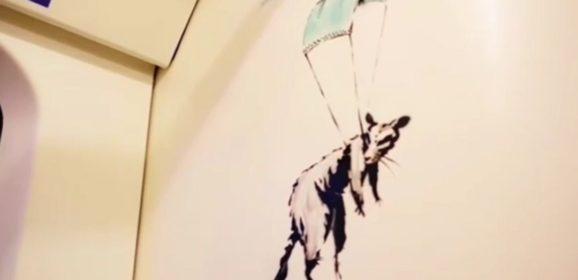 Banksy dibuja en el metro de Londres para reivindicar el uso de la mascarilla