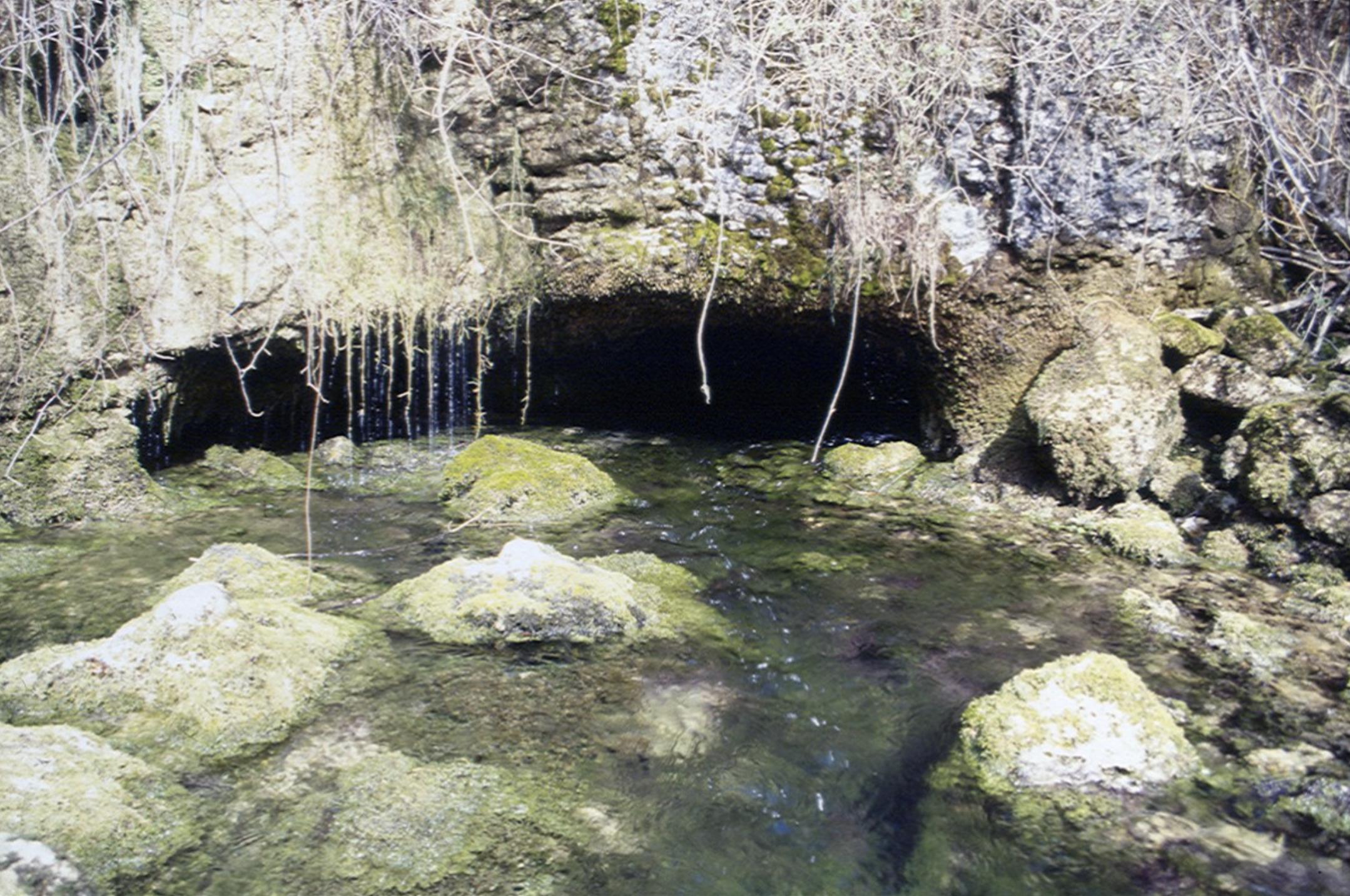 Cueva de la Fuentona de Ceniceros en Burgos