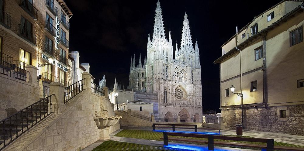 Las fachadas de la Catedral y del Ayuntamiento de Burgos se iluminan de verde en honor a los farmacéuticos