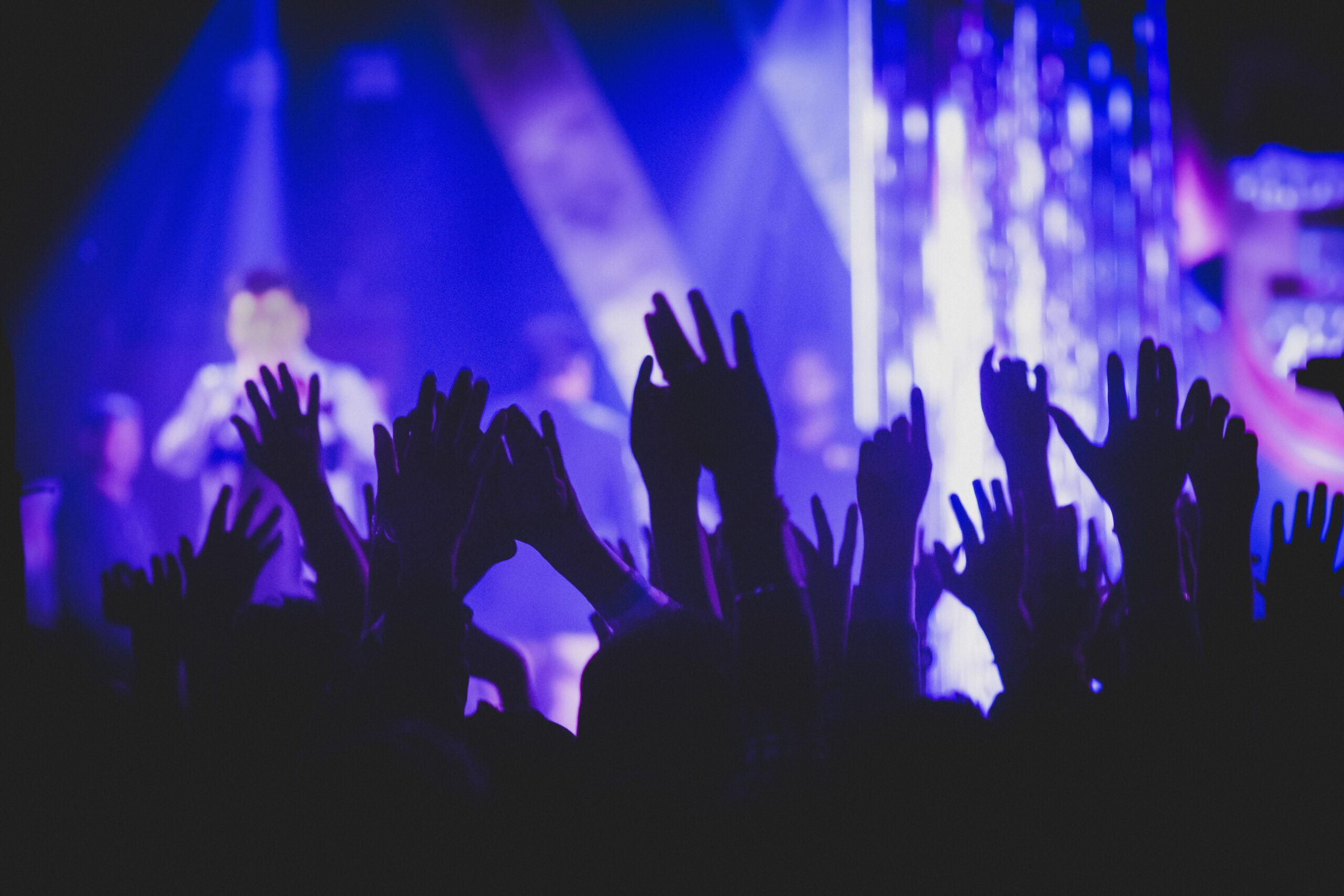 Gente con manos levantadas en un concierto