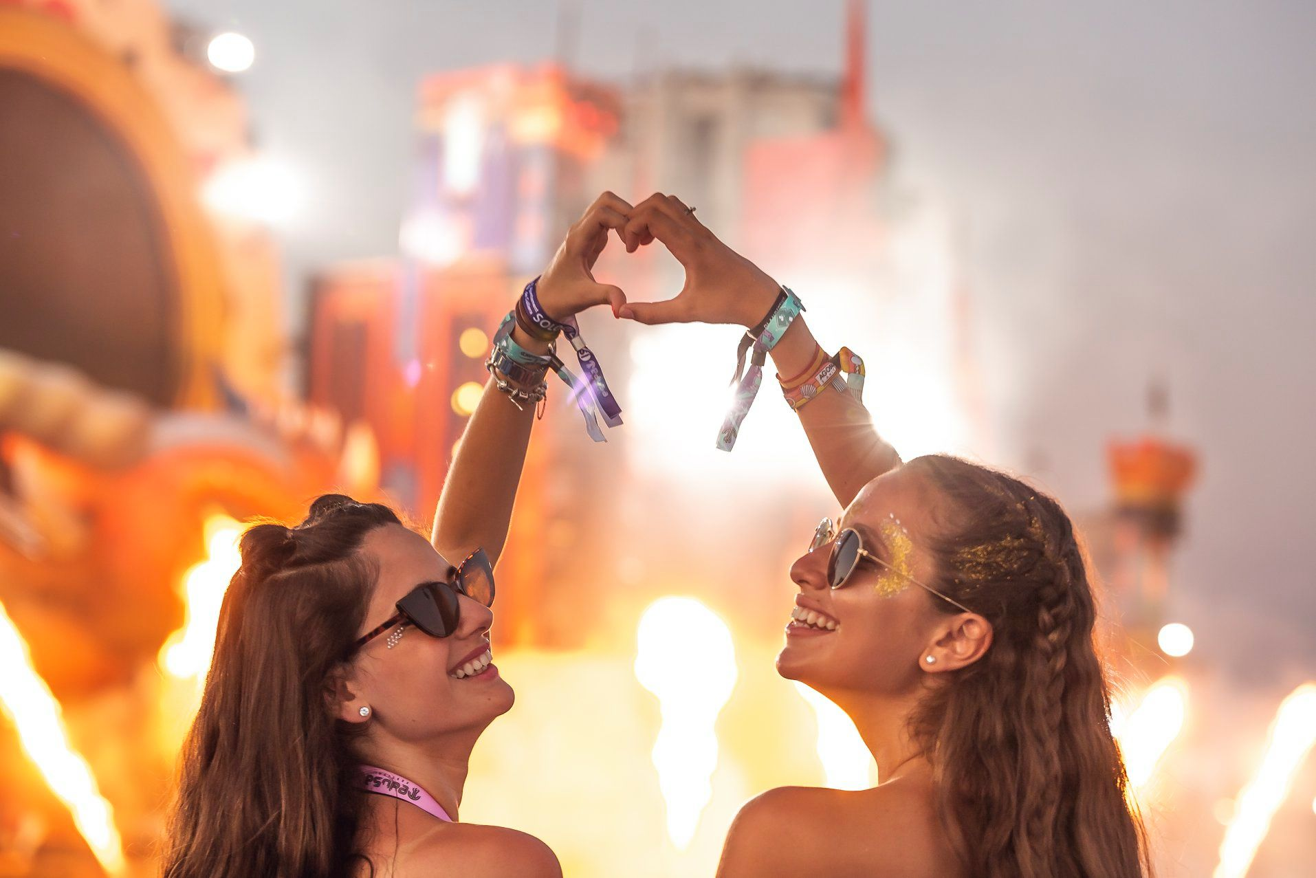 Dos chicas en el Medusa Sunbeach Festival en Cullera