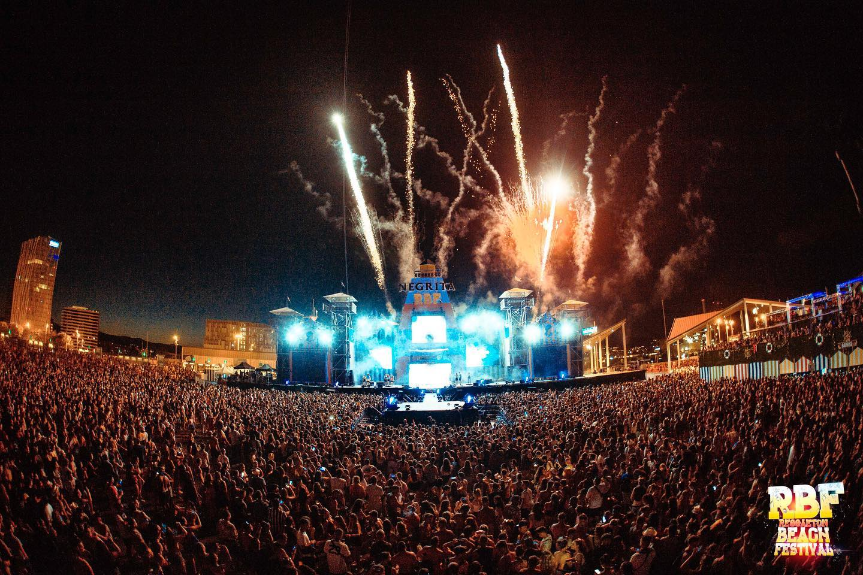 Reggaeton Beach Festival mainstage fuegos artificiales