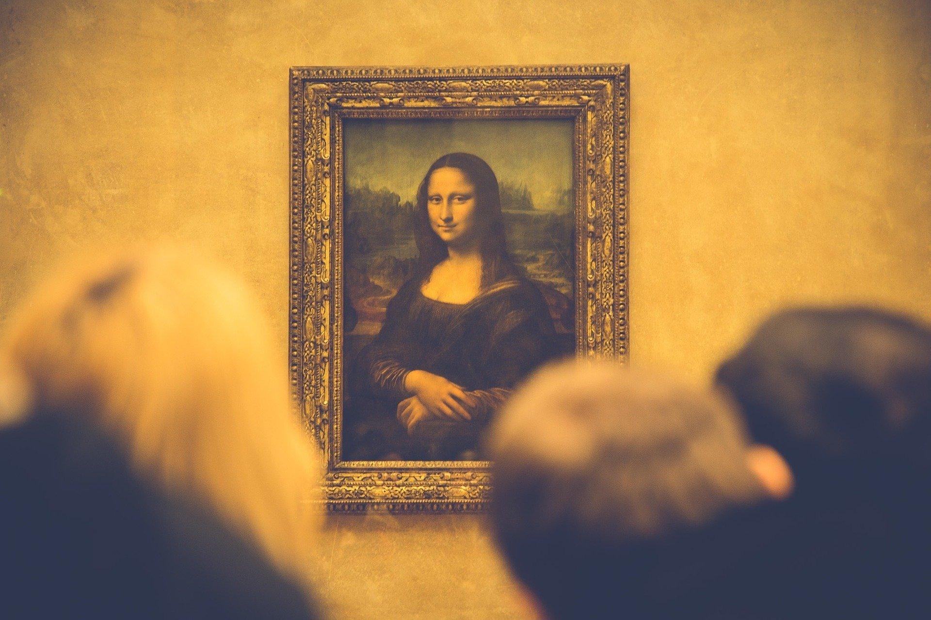 Personas mirando el cuadro de la Mona Lisa de Leonardo Da Vinci
