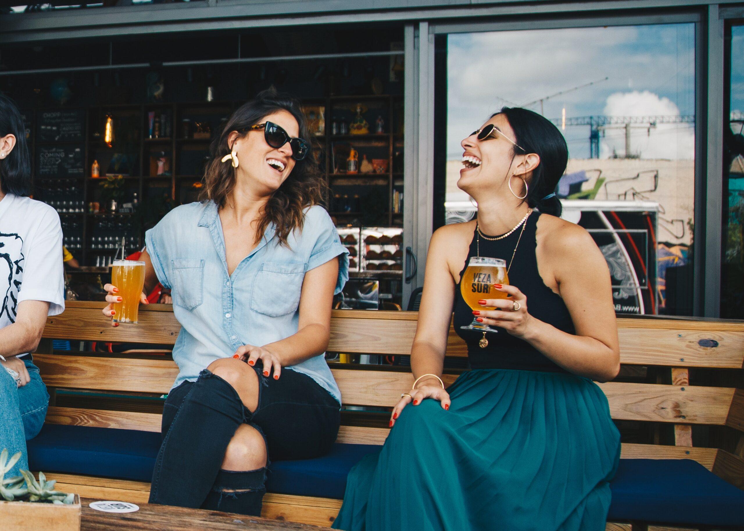 Dos chicas tomando cerveza en Semana Santa en Burgos