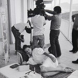 27 Carlos Saura descanso en el rodaje Ana y los Lobos Madrid 1972