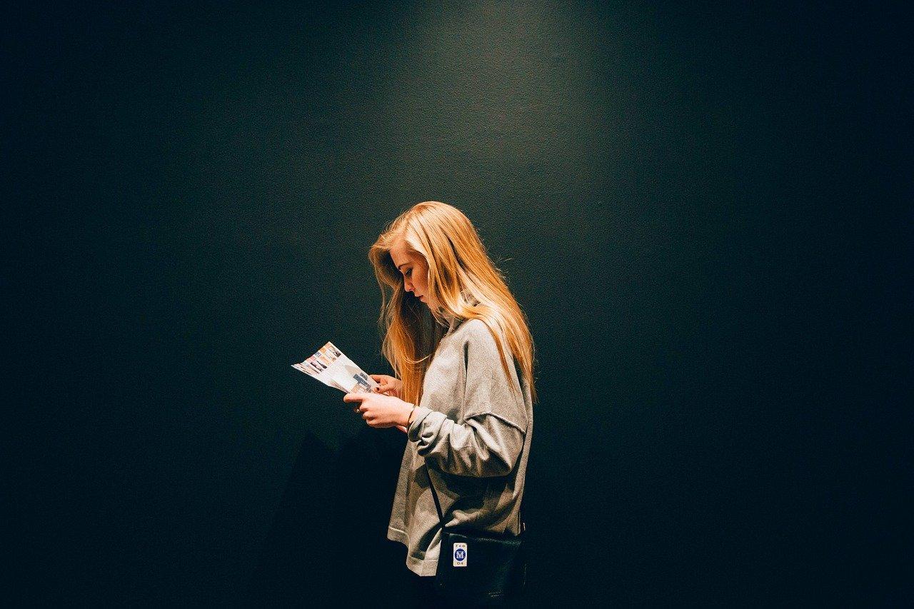 Chica escribiendo para el III Concurso de Microrrelatos en Burgos