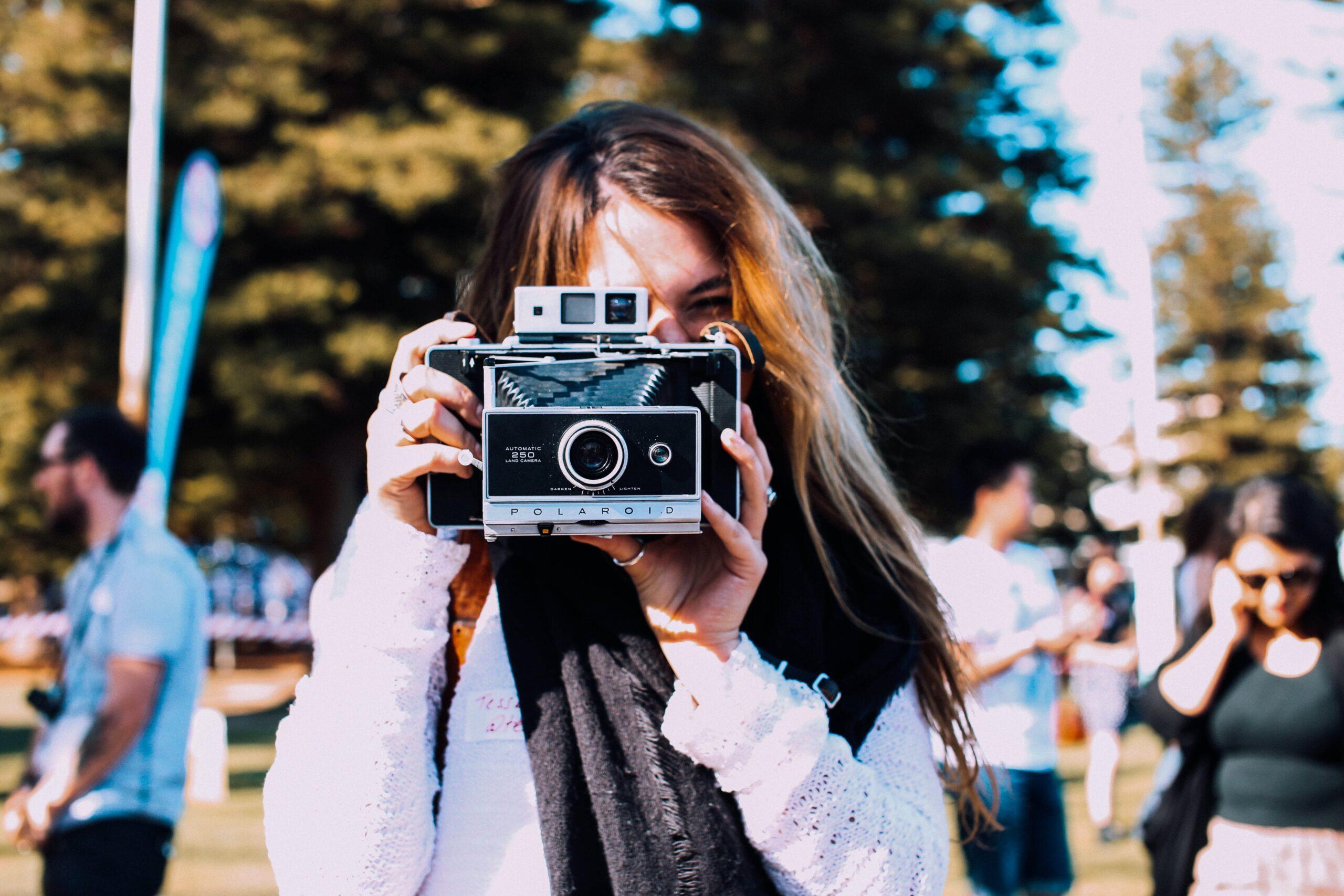 Chica tomando una fotografía en Palencia con una cámara retro