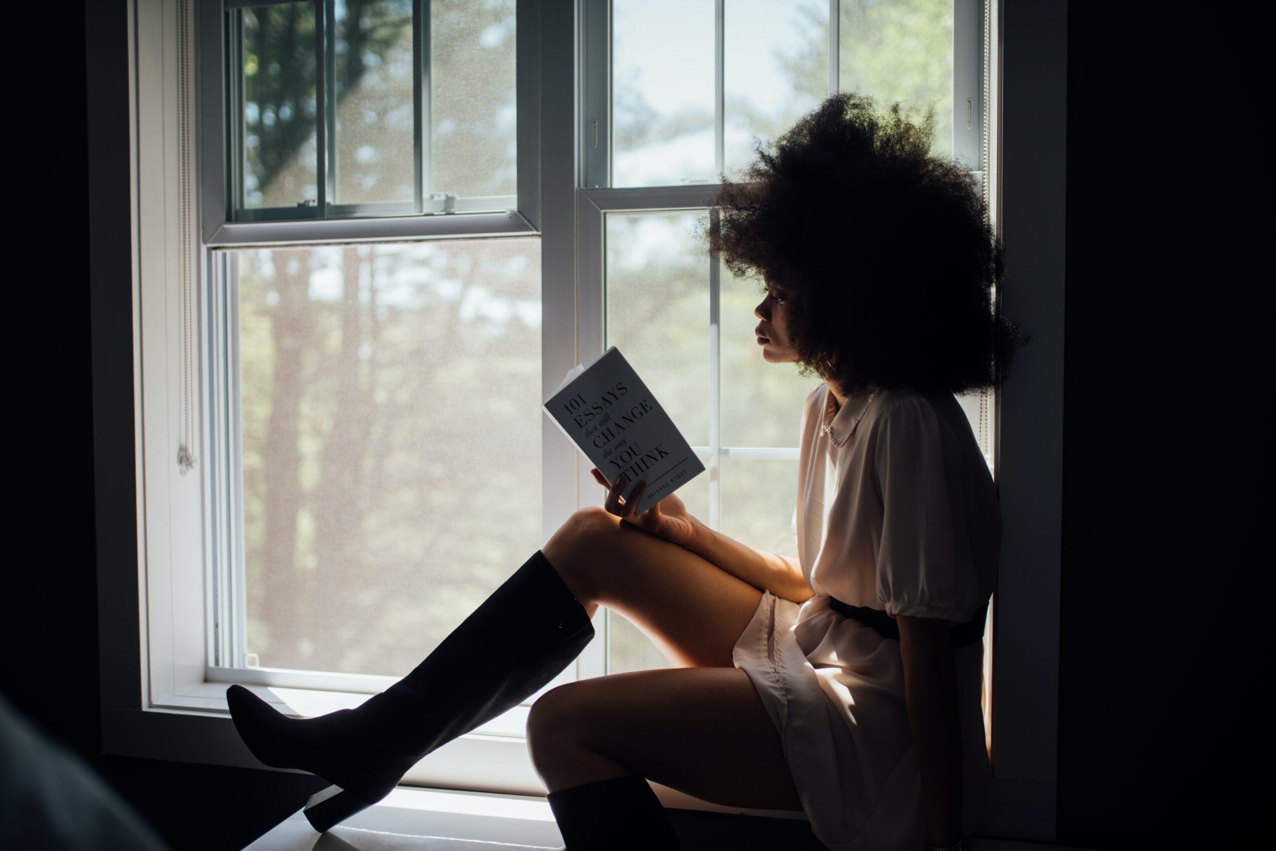 Chica leyendo en el Día Mundial del Libro