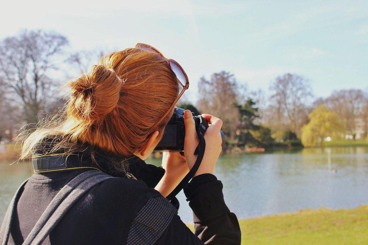 Chica fotografiando Burgos en el fin de semana