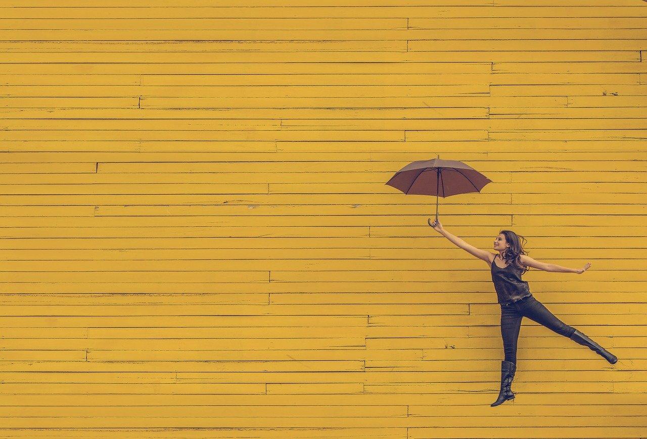 Mujer con paraguas ejemplo planes fin de semana burgos