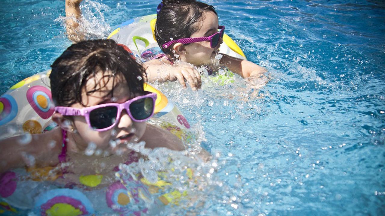Niños en parques infantiles de Andalucía