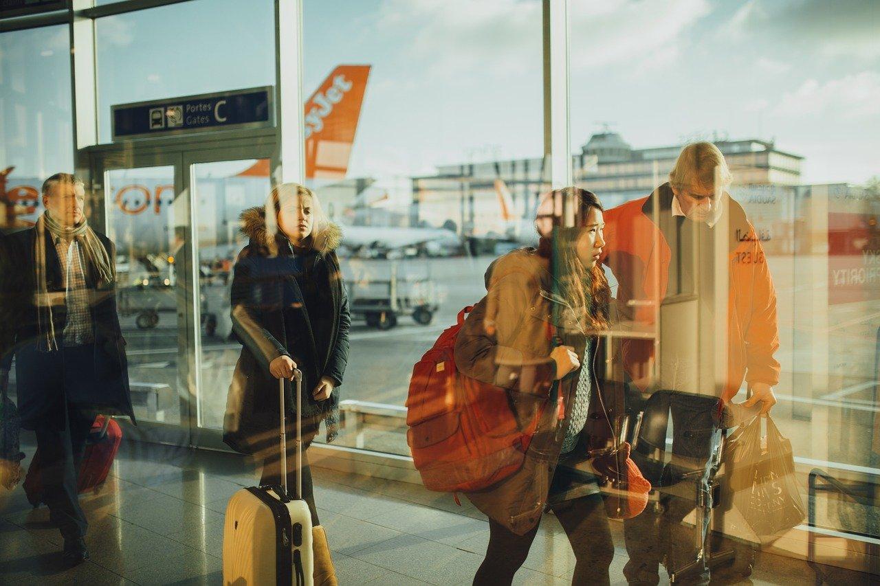 Personas en un aeropuerto para disfrutar de los bonos turísticos en España