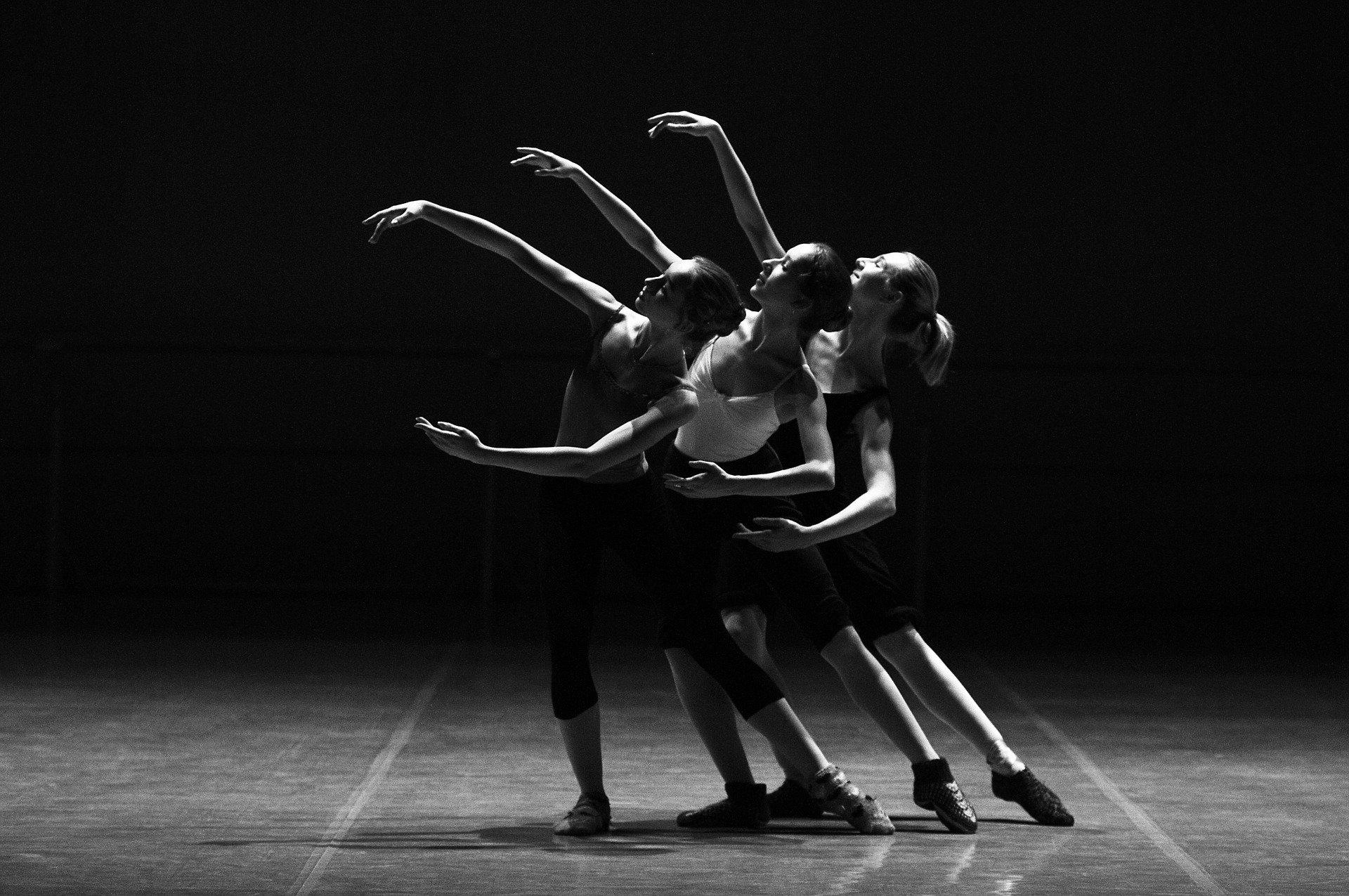 Chicas bailando en el show De Puntillas en el Cultural Caja de Burgos