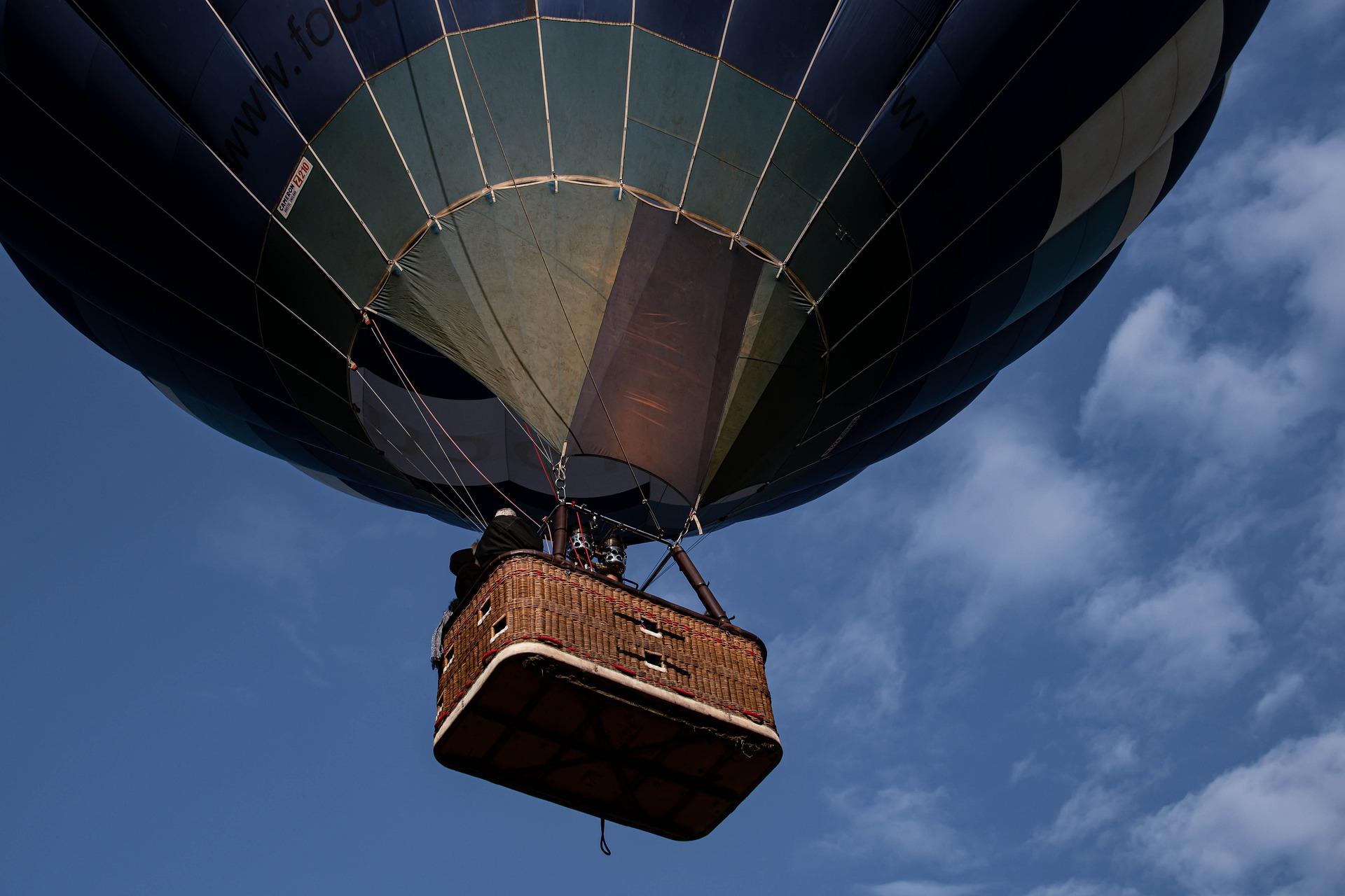 Globo aerostático en el artículo de planes inolvidables durante primavera en Burgos