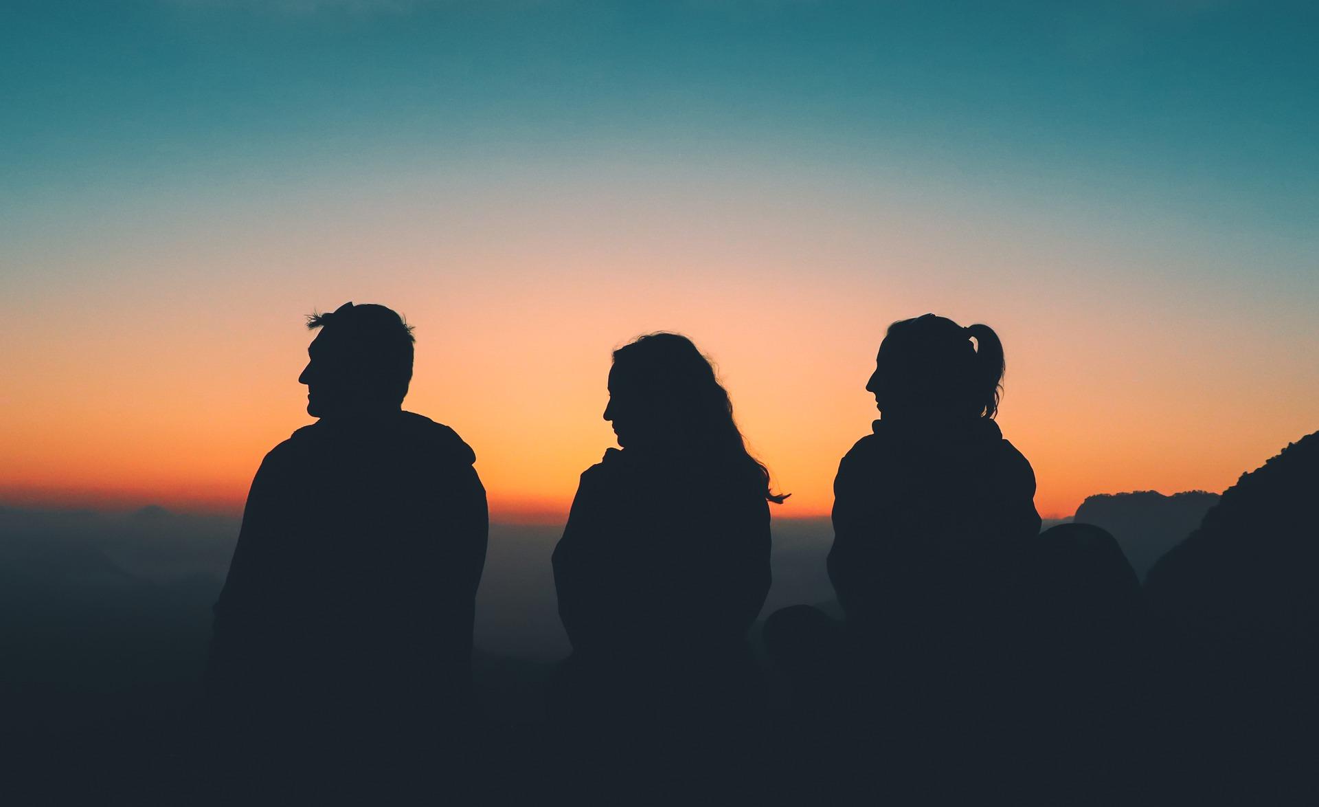 Tres amigos viendo un paisaje en el articulo de los planes inolvidables durante la primavera en Burgos
