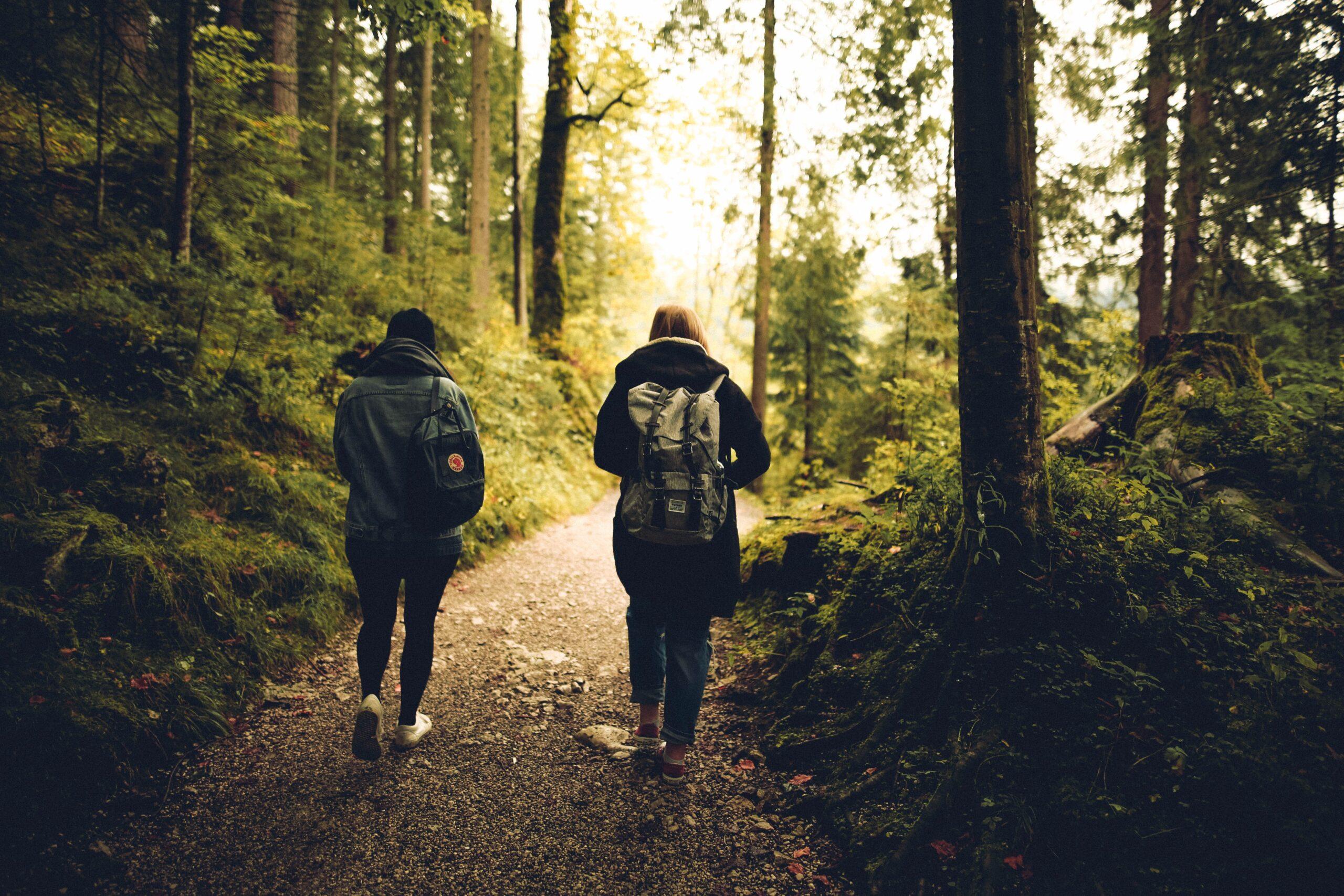 Dos personas caminando andando por las rutas bizarras de Burgos