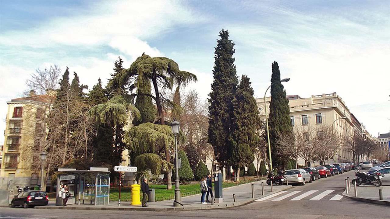 El jardin de la plaza de las Salesas desde la confluencia de Fernando VI con Barbara de Braganza en 2017.