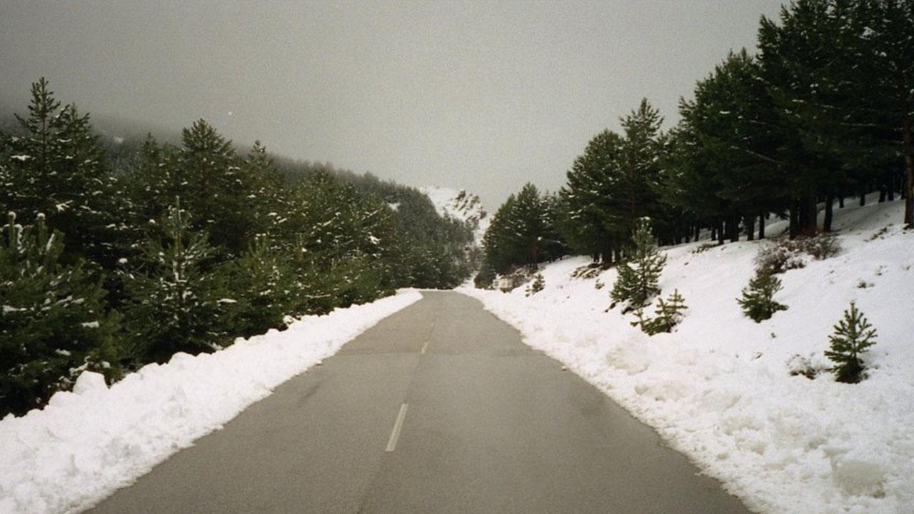 Carretera A 337 a su paso por el puerto de la Ragua 2000 m en Sierra Nevada Almeria.
