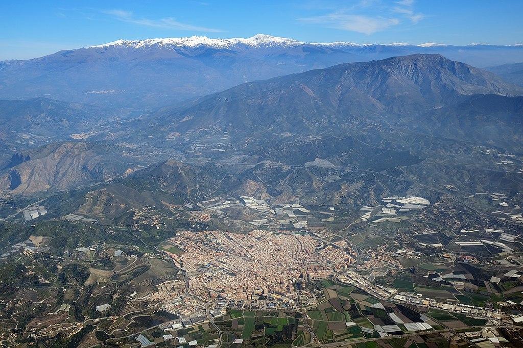 La ciudad de Motril con Sierra Nevada al fondo