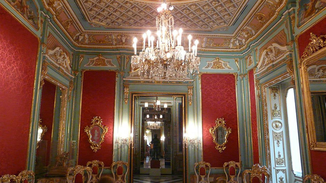 Sala roja en el primer piso Carroza de las Ninfas Museo de Ceramica de Valencia
