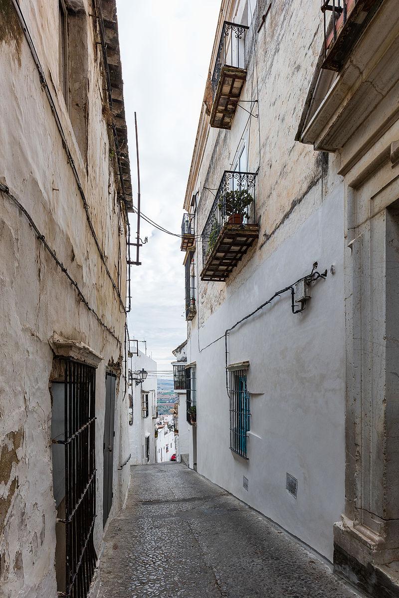 Tipica calle de paredes blancas en Arcos de la Frontera.