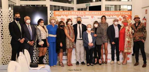 Mujeres Reales Mujeres Comprometidas. Foto familia final desfile 1
